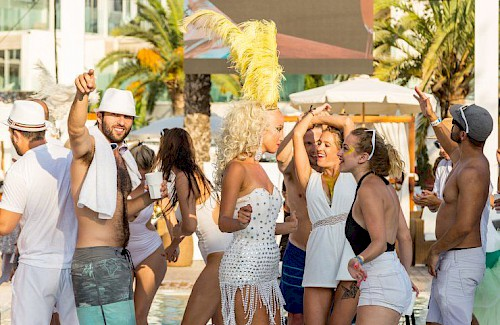 Nikki Beach White Party: Ibiza's meest decadente feest